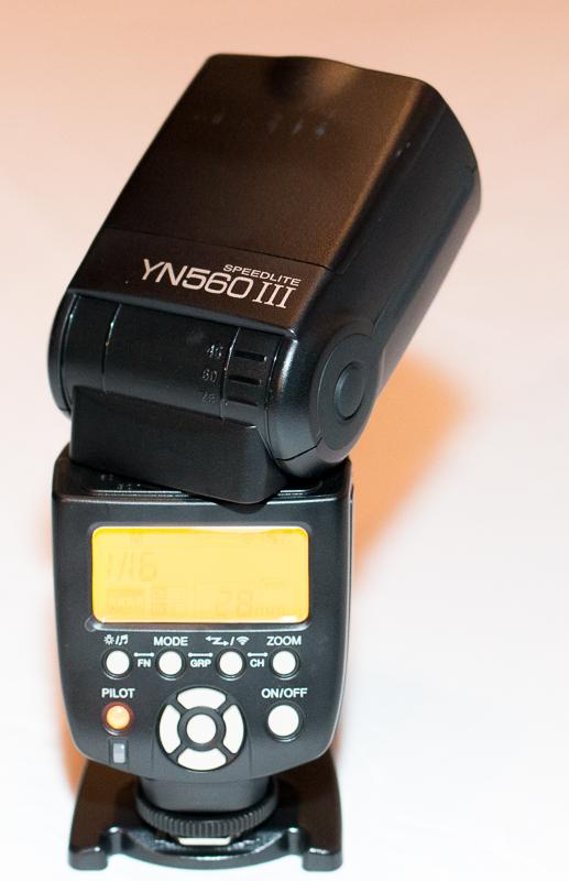 YN-560 III auf dem mitgelieferten Standfuss